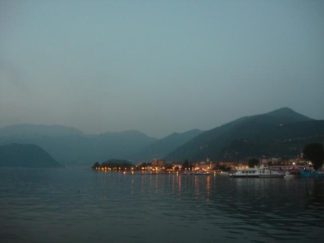 Abendstimmung am Lago d'iseo: Blick auf die Seepromenade von Iseo FOTO: REIMANN