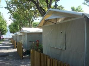 Lodge-Suiten am Lago d'Iseo: In Reih und Glied FOTO: REIMANN
