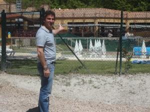 In der Bauphase: Camping Orlando Manager Filippo Felloni kurz vor der Fertigstellung des Restaurations und Poolbereiches auf Cmaping Orlando FOTO: REIMANN