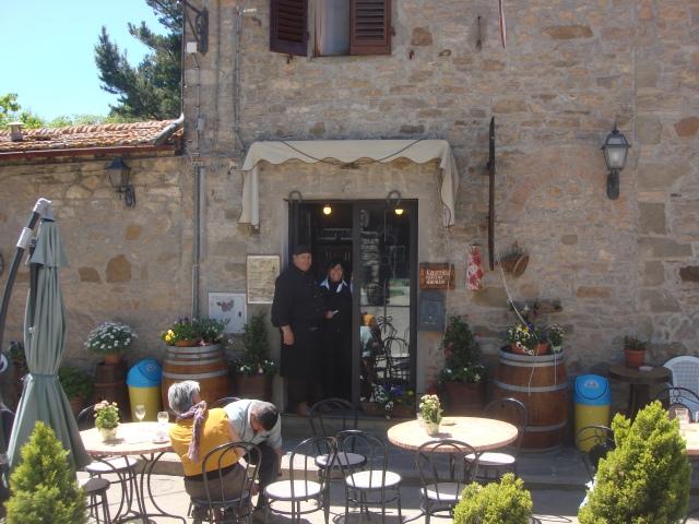 Kulinarisch eine glatte Eins: Die urige Osteria il Rifugio in Badia a Montemuro wird von den Geschwistern Maria Rosa (rechts) und Franco (links) mit Hingabe und Sorgfalt betrieben.