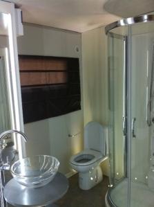 Clever gemacht: Viel Acryl- und Glaselemente im luftig gestalteten Badezimmer. Gesehen in Camping Orlando in Chianti (Camp2Relax Mobilheim Clever). FOTO: VACANCESELECT