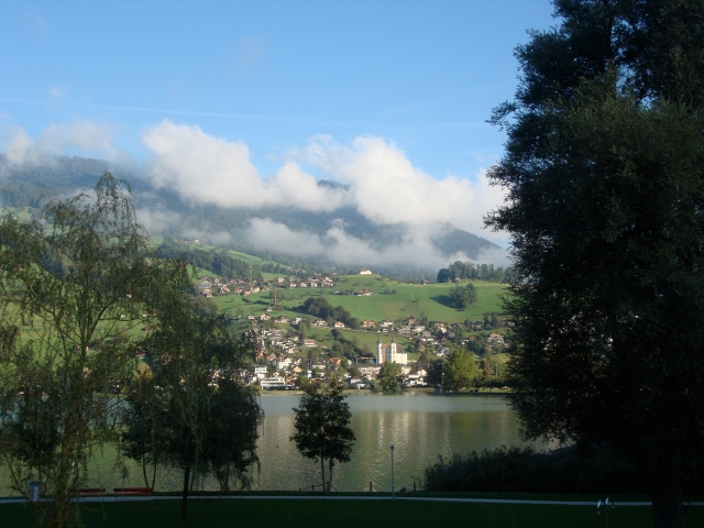 Morgenstimmung am Sarner See: Blick vom Seefeldpark Sarnen auf die Sarner Berge FOTO: REIMANN
