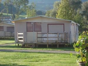 Viel Grün, viel Platz, viel Glamping: Lodge-Zelt auf dem Camping Seefeld (Seefeldpark Sarnen) FOTO: REIMANN