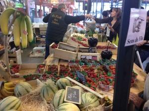 Sehr französisch: Einkauf in der Markthalle von Epinal FOTO: NIEMEYER