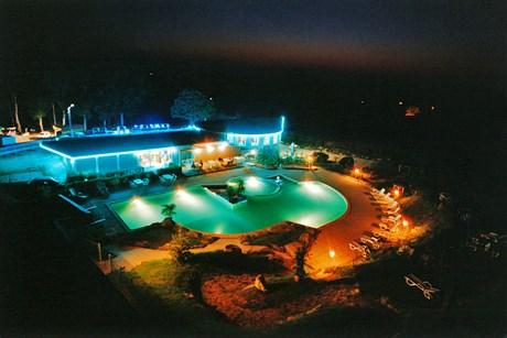 Spektakulär und illuminiert: Pool und Restauration am Lac de Bouzey bei Nacht